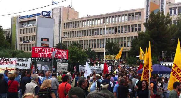 Grève devant les locaux d'ERT - Photo: greekreporter.com
